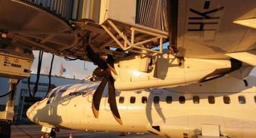 image for Avión chocó contra un puente de embarque