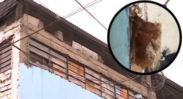 Esquina de fachada de un colegio en Peru presenta mal estado