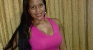 Lady Morales con blusa rosada