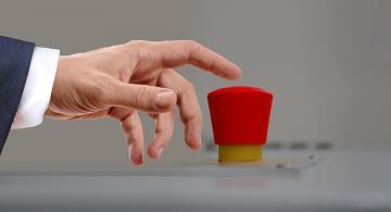 Persona simulando oprimir un  boton rojo
