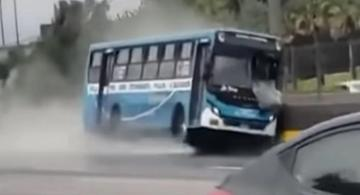 image for Bus se despista tras hacer carreras con otra unidad de la misma empresa