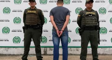 Dos policias y una persona capturada