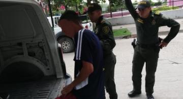 Capturado al lado de dos oficiales de policia