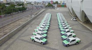 Carros estacionados em um grande estacionamento