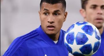 Jugador de futbol colombiano en un entrenamiento