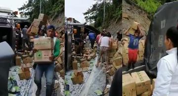 image for Camión se volcó en Valdivia y la comunidad hurtó su carga