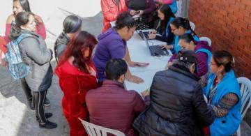 Personas en una mesa reunidos