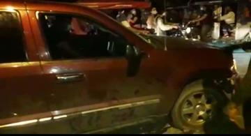 image for Camioneta embiste motociclista dejándolo  herido bajo del carro