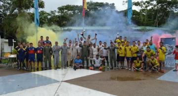 Personas en celebracion de aniversario de la Fuerza Aerea