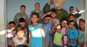 Niños y miembros del Gaama en una foto