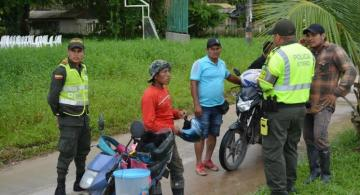 Personas en una calle de Leticia con unos policias