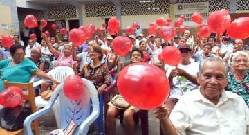 Adeultos mayores en actividades ludicas en el dia de San Valentin