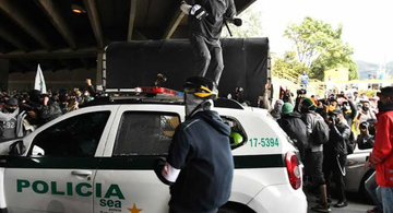 image for Vándalos atacaron patrulla con policías adentro