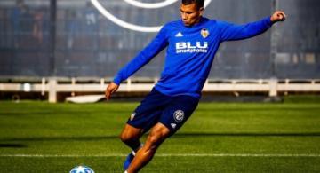 Jerson Murillo con un balon de futbol