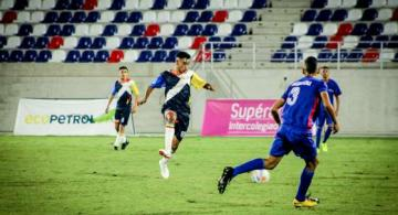 Jovenes en un estadio de Barranquilla en una cancha de futbol