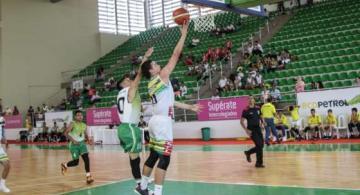 Jugadores de baloncesto en una cancha jugando