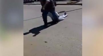Hombre arrastrando a mujer tras estar tomando licor