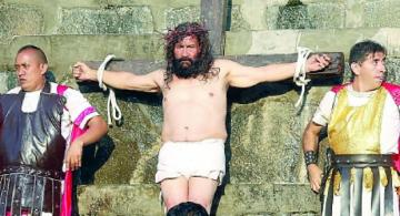 Cristo Cholo crucificado al lado de dos hombres
