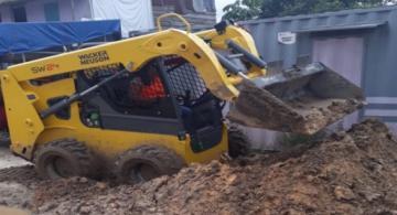Tractor removiendo tierra en una calle de Iquitos