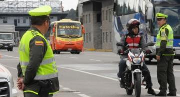 Policia de transito en una calle haciendo controles