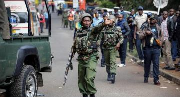 Militar en Kenia en una calle controlando personas