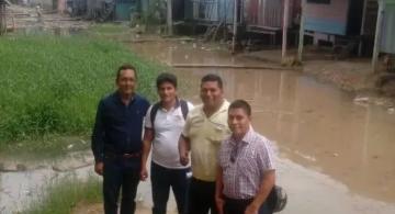 Cuatro personas en un barrio de Iquitos
