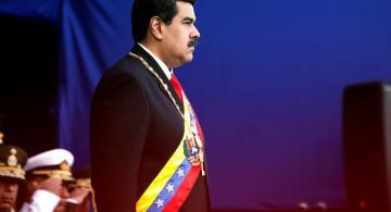 Maduro de pie en acto protocolario