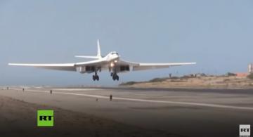 Bombardero ruso aterizando en aeropuerto en Venezuela