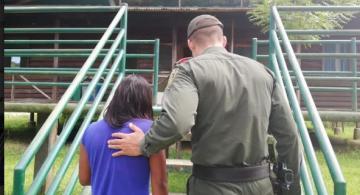 Policia y niña de espaldas subiendo una escalera