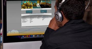 Persona frente a un computador