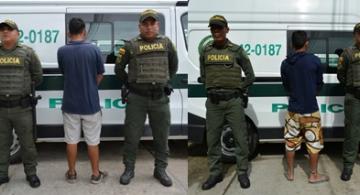 Policias y capturados por hurto en una foto
