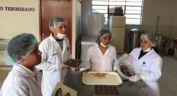 estudiantes de Tecnología Pesquera na cozinha