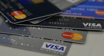 Personas mostrando una tarjeta de credito