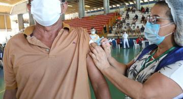 image for Manaus inicia vacinação de trabalhadores do transporte e caminhoneiros
