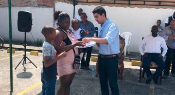 Viceministro en una entregando subsidios de vivienda en el Cauca