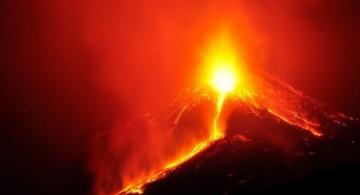 Imagen de un volcan haciendo erupcion