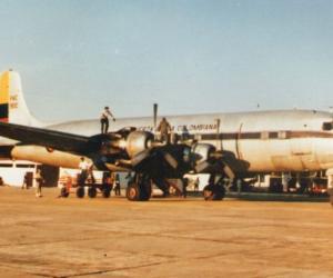 Avion estacionado en el Vasquez Cobo