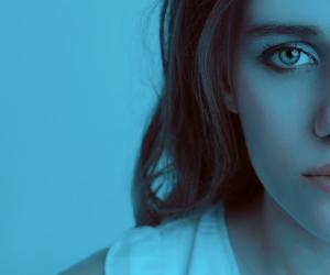 Mujer una foto de perfil a tono de fondo azul