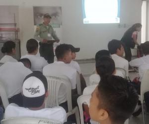 Estudiantes en un salon de clase