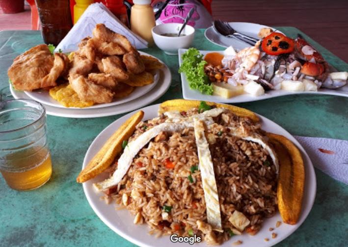 Platos con comida peruana en una mesa