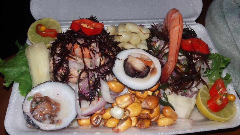 Plato de cebiche servido en una mesa
